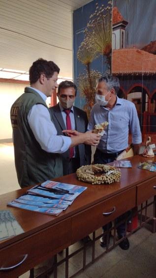 Ministro Ricardo Salles, reitor Janir Soares e deputado Zé Silva  apreciam artesanato de sempre vivas no saguão do aeroporto