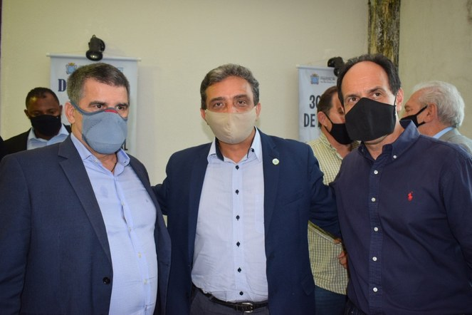 Reitor Janir Alves Soares com o vice-governador de Minas Gerais, Paulo Brant, e com o Assessor Especial de Enlace com o Governo Federal, Coronel Carlos Henrique Guedes