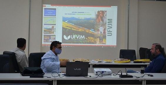 Senador Alexandre Silveira teve oportunidade de conhecer o potencial da instituição, por meio da apresentação do Portfólio da UFVJM pelo reitor Janir Soares
