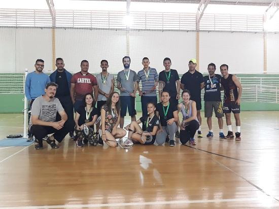 Professores André (na frente) e Cristino (de boné) na premiação aos participantes da competição de Badminton