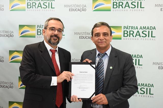 O ministro da Educação, Abraham Weintraub, e Janir Alves Soares, reitor empossado da UFVJM
