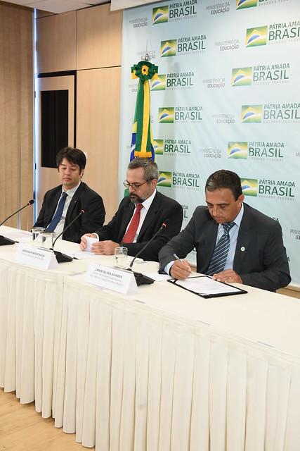 O novo reitor, Janir Alves Soares, toma posse em Brasília