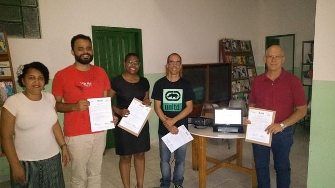 Representantes de instituições e projetos recebem computadores doados pelo projeto Transformando Computadores e Vidas (foto: Divulgação projeto Transformando Computadores e Vidas)