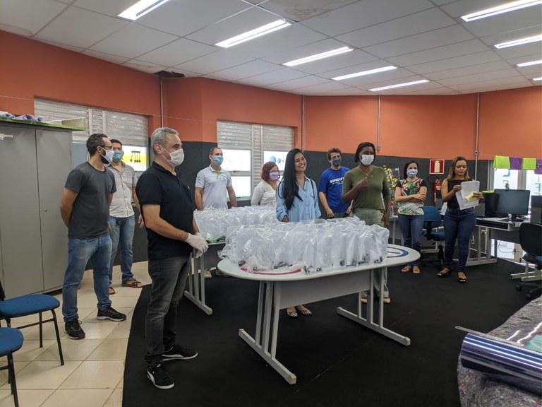 Primeira entrega dos protetores faciais produzidos pelo Campus do Mucuri