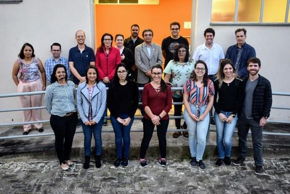 Acompanhada pelo reitor Janir Soares, equipe da UFVJM comemora início do trabalho de diagnóstico do novo coronavírus