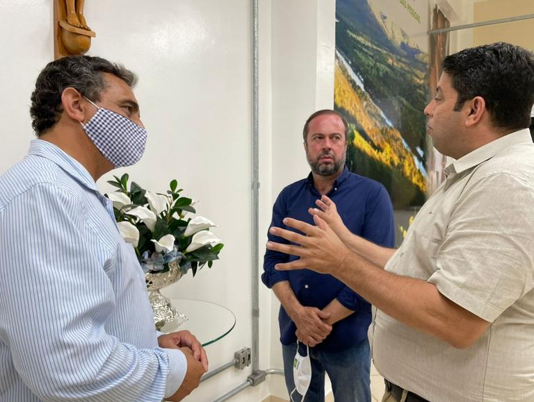 No gabinete da Reitoria, reitor Janir Soares, senador Alexandre Silveira e deputado Igor Timo debateram acerca da importância da UFVJM para uma vasta região do Estado de Minas Gerais