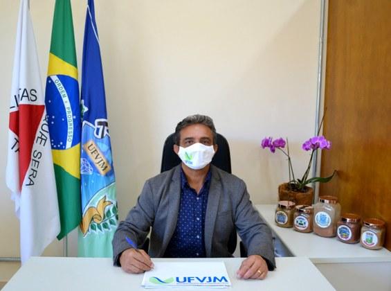 Reitor da UFVJM em entrevista para o portal institucional