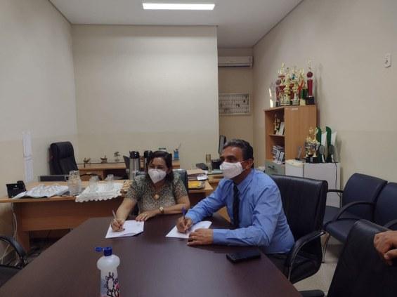 Os reitores prof. Janir e profa Joaquina assinam o Protocolo de Intenções.Crédito: Flaviana Verli